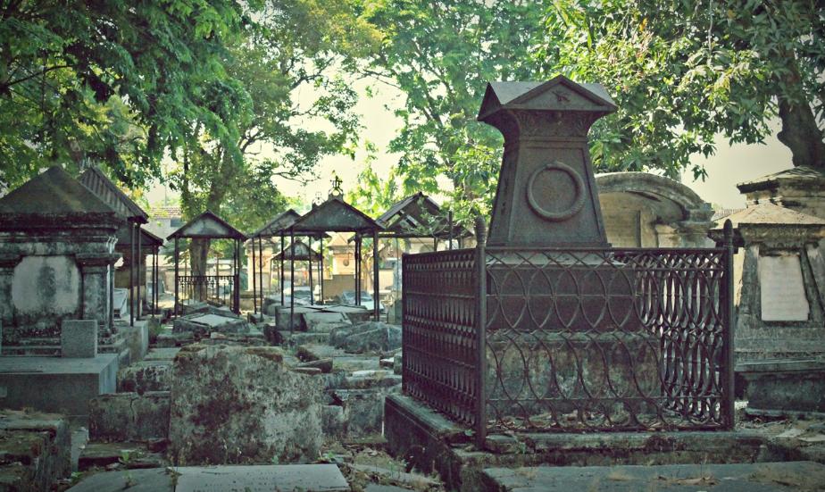 Hukum Meninggikan Kuburan dan Menghiasinya